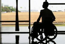 Foto silhueta de homem em cadeira de rodas