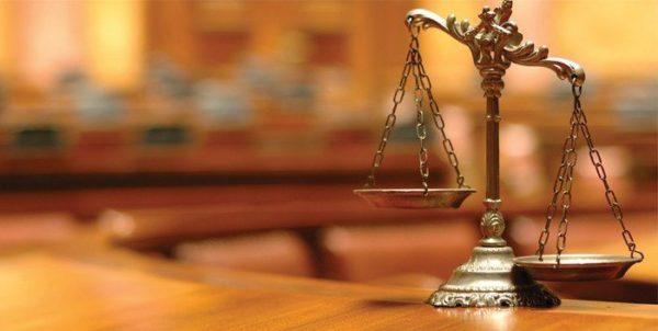 Foto Balança da Justiça em primeiro plano com fundo desfocado
