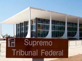 """Foto da fachada da STF com placa """"Supremo Tribunal Federal"""" em primeiro plano"""