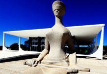 """Foto de """"A Justiça"""", escultura localizada em frente ao prédio do Supremo Tribunal Federal, em Brasília"""