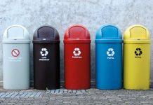 Foto lixeiras coloridas de coleta seletiva
