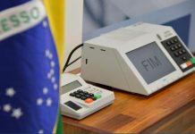 Foto Bandeira do Brasil e Urna Eletrônica