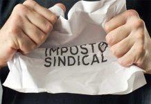 """Pessoa amassando papel com o título """"Imposto Sindical"""""""