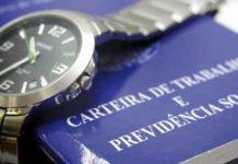 Relógio de Pulso sobre Carteira de Trabalho