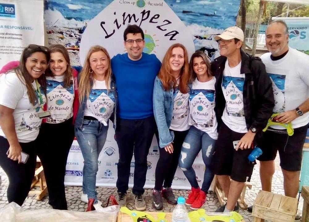 O secretário de Meio Ambiente do município do Rio, Marcelo Queiroz (azul) prestigiou o ponto de trabalho do Seac-RJ, na Praia do Leme.