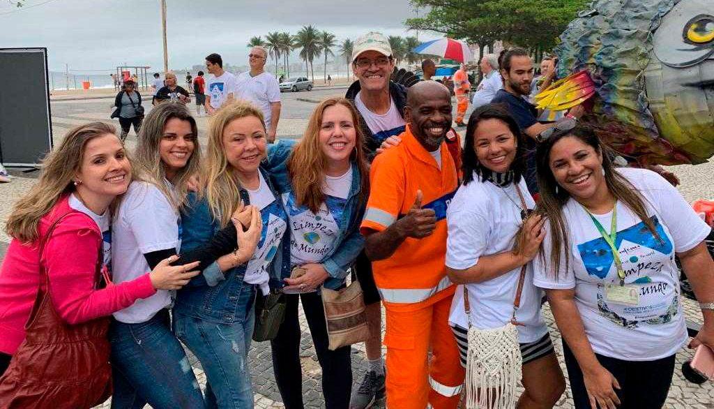 O gari Renato Sorriso esbanjando alegria ao lado das representantes do Seac-RJ d da organização do evento, Amigança Produções & Promoções