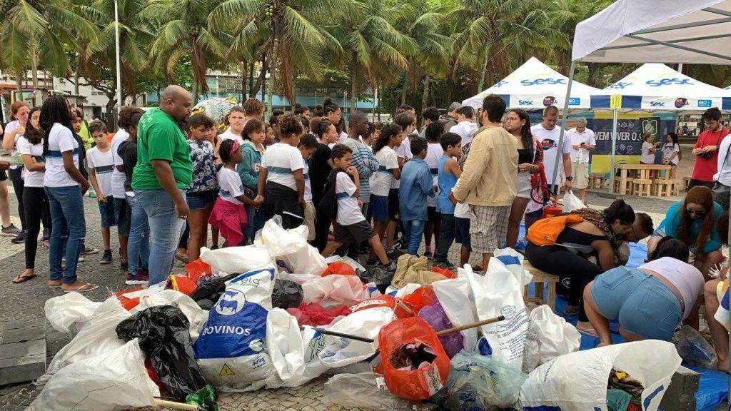 Os voluntários do Clean Up the World receberam sacolas recicláveis e luvas para fazer a coleta do lixo na praia